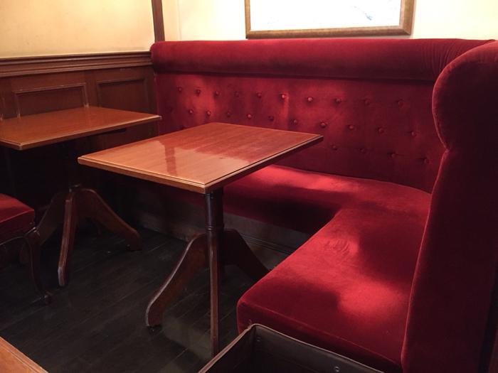 大きめの布張りソファもまた、居心地がよい喫茶店でよく見かけますよね。 どっしりと体を委ねられる安心感がたまりません。老舗の喫茶店感を出すなら、布張り同様、こちらもレトロな赤がぴったり。