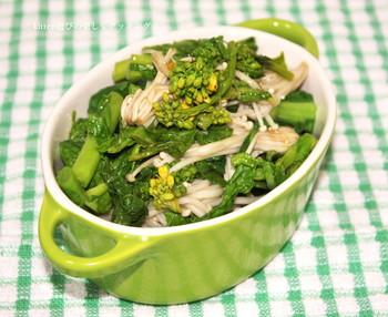 春を感じさせる菜の花をふんだんに使った和え物。レンジでおよそ5分で出来る、ボリューム満点のレシピです。ピリッと柚子胡椒がきいているので、おつまみにもぴったりです。