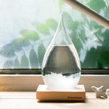 【ペロカリエンテ】の人気アイテム「テンポドロップ」は、ガラス容器の中に沈んでいる結晶が、季節や気温の変化によって様変わりする不思議なオブジェ。雫型のデザインがおしゃれで、クリアな透明感に癒されます。