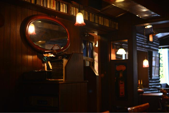さらに鏡を飾るのもおすすめ。奥行きを感じさせたり、間接照明の灯りを広げたりするのに活躍してくれます。