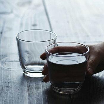 歯磨きや洗顔を済ませたら、コップ1杯の水分補給を。乾いた体を潤し、腸にも働きかけて排泄を促してくれると言われています。  筆者がおすすめするのは、「お白湯」です。無味無臭のお白湯をゆっくりと身体に染み込ませるように飲めば、内側から温まり徐々に目覚めていくのを実感できます。
