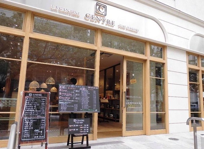 はじめにご紹介する「CENTRE THE BAKERY(セントル ザ・ベーカリー)」は、バゲットで有名なViron(ヴィロン)が手がける食パン専門店。オープン以来行列が絶えないほどの人気です。