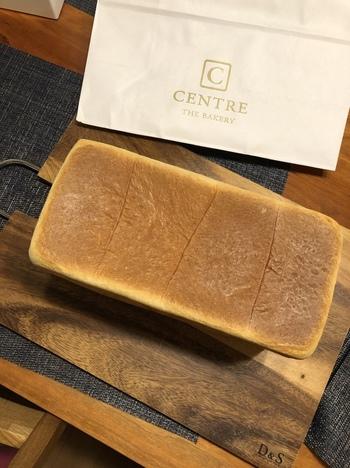 1番人気は、北海道産小麦「ゆめちから」を使用したしっとりした食感が特徴の「角食パン」。小麦本来の香りを楽しめるよう、焼かずにそのままいただくのがおすすめです。