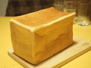 アメリカやカナダの北米産小麦を使った「プルマン」は、もっちりした生地が特徴で、焼かずにそのまま食べても、さっくりトーストしても◎ 焼けたそばからどんどん売れていくので、手に取った時はまだ温かいのも魅力。ずっしりどっしりしたこだわり食パンは、今までの概念を覆すおいしさです。