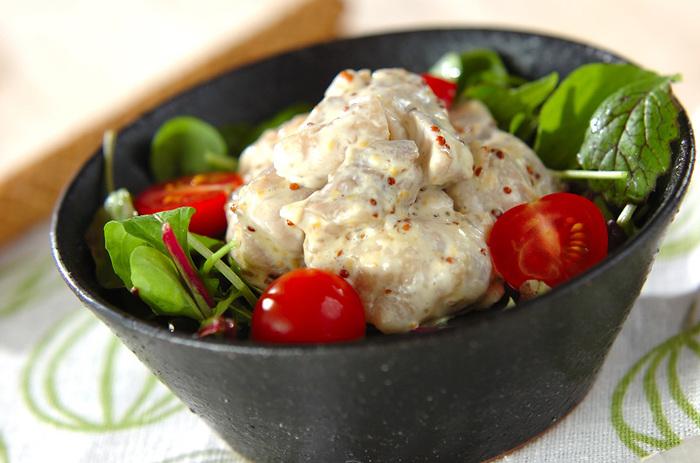 鶏もも肉はゆでることで、余分な脂質が落ち、ヘルシーに仕上がります。マスタードとマヨネーズで味にコクとパンチをプラスすれば、ドレッシングなしでも美味しく食べられるサラダになります。