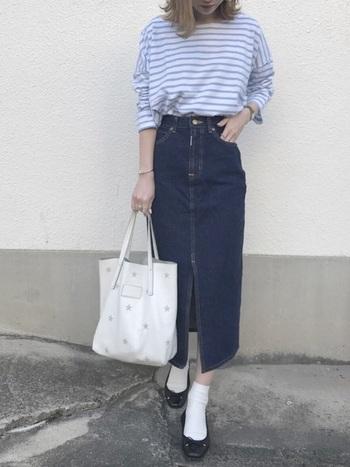 ブルーボーダーTシャツにデニムのナロースカート、バレエシューズを合わせた爽やかなフレンチスタイル。ゆったりとしたトップスも、ハイウエストデザイン&ボトムスインですっきりと着こなせます。