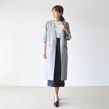 細身のナロースカートとロングジャケットの組み合わせは、きれいなIラインシルエットを作りスタイルアップ効果が期待できます。スカートのレース素材がほんのり覗き、清楚な雰囲気のコーディネートです。