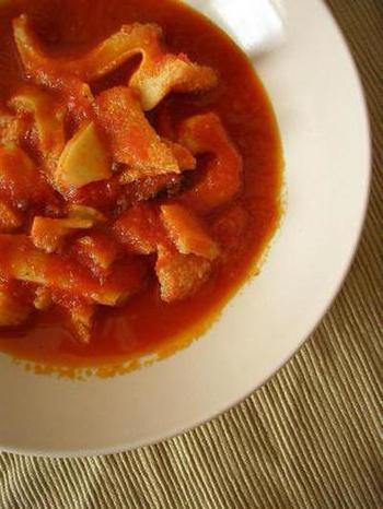 トリッパは、牛の第二胃袋(ハチノス)。これをトマトとミントで煮込んでペコリーノをたっぷりかけたものがローマ風トリッパです。庶民の味として定着しています。なお、ガラフォラート(ローマ風牛の赤ワイン煮込み)のスープを使うトラステヴェレ風トリッパもあり。