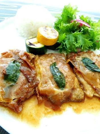 """サルティンボッカとは""""口に飛び込む""""という意味。ローマの名物料理で、仔牛肉に生ハムとセージをのせ、楊枝でとめて焼きます。簡単に作れる気軽さと、口に放り込みたくなるおいしさをよく表したネーミングですね。こちらのレシピでは、豚肉を使っています。"""