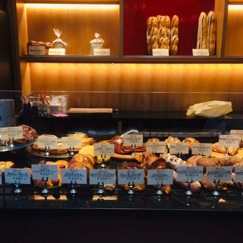 「BOULANGERIE L'ecrin(ブーランジェリー レカン)」は、老舗フレンチ「銀座レカン」の系列店で、今までレストランでしか食べられなかったパンが気軽に購入できると人気のお店です。シェフパティシエが手がけるパンは、種類豊富でどれにしようか迷ってしまうほど。
