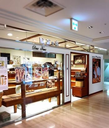"""マロニエゲート2のB2Fにある「BIGOT TOKYO( ビゴの店 )」は、""""フランスパンの神様""""と言われるフィリップ・ビゴ氏に弟子入りし、のれん分けを認められた藤森二郎氏がオーナーを務めるパン屋さんで、こちらは東京進出第一号店でもあります。店内には、さまざまな種類のパンがずらり。"""