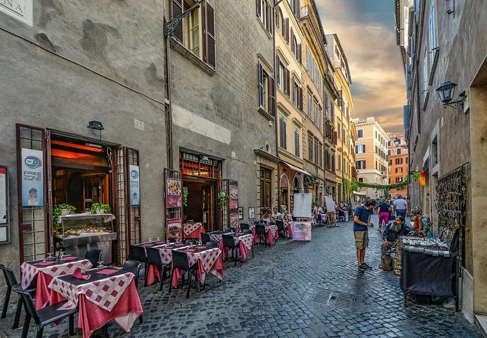 """イタリアの首都・ローマのあるラツィオ州は、イタリアの中部に位置します。ローマは遺跡も多く、その美しさから""""永遠の都""""ともいわれます。料理はとてもシンプル。肉も魚も食べますが、臓物料理が庶民の味としてあるのも特徴です。パスタの種類も豊富で、ローマでは木曜日にニョッキを食べる習慣があるとか。"""