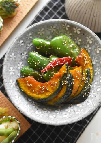 夏野菜と相性のいい甘酢漬け。フライパンで揚げ焼きにして、甘酢に10分浸せば出来上がります。作り置きとして浸けておくこともでき、ご飯にもお酒にも合うおすすめおかずです。