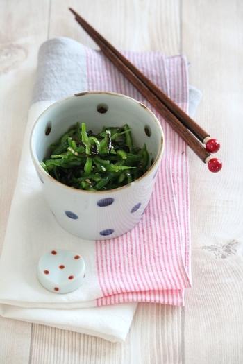 ピーマンを生で食べる、ちょっと珍しい副菜レシピです。こちらも材料5つ、5分で簡単!ニンニクの代わりに塩昆布を使った和風味のナムルになります。