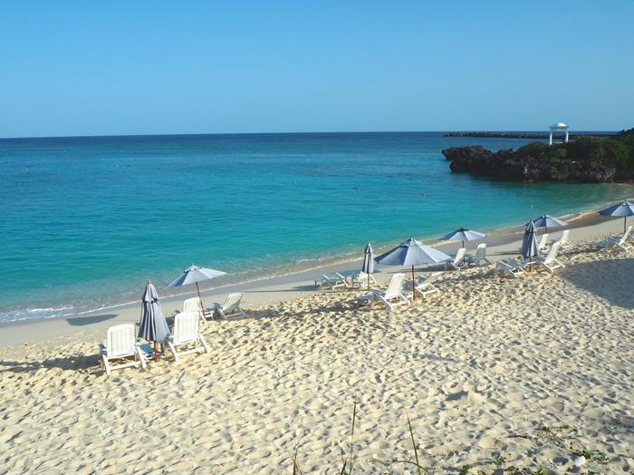与論島は昔ながらの方言・食文化・音楽など伝統や歴史をとても大切にしている島もある一方、リゾート地としてもしっかりとプロデュースされており、ホテル・グルメ・レジャーまで安心して充実のおもてなしを楽しむことが出来ます。島の暮らしや伝統を感じながら、リゾートとしても心身をたっぷりと癒せます。