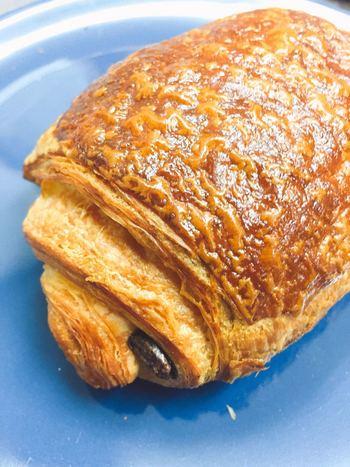 自慢のクロワッサン生地にヴァローナ社のバトンショコラを入れた「パン オ ショコラ カカオ」も人気です。チョコレートの甘さとカカオの香りがバターと最高に合います。