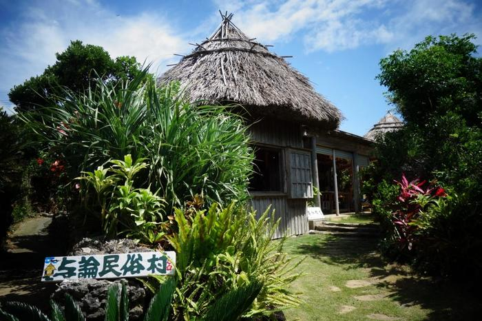 「与論民俗村」は、昭和30年~40年代の民家や民具をそのまま残す屋外民俗資料館。素朴で、暖かくて、ほっこりとするような不思議な空気感があります。村内では係員さんが、その暮らしや文化を語ってくれます。また、芭蕉布織り・草木染め・木枕作り・玩具作りなど様々な体験教室も楽しめます。旅のお土産にいかがでしょうか。