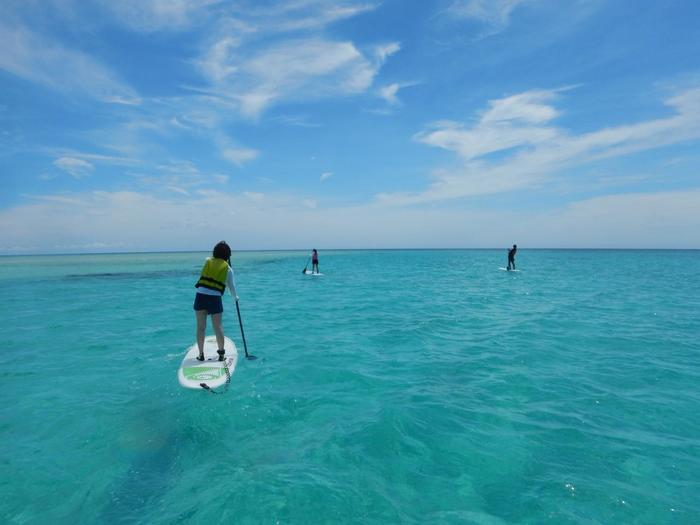 南国で楽しむ水上スポーツの中で新定番となっているSUP(サップ)。SUPとは「Stand Up Paddleboard(スタンドアップパドルボード)」の略で、ボードの上に立ちパドルを漕いで水面を進んでいくアクティビティです。美しい海の上を、自分のペースでじっくりと進んでいく気持ちよさは感動ものですよ。