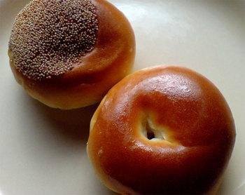 木村家のあんぱんには、米、麹、水から作られる発酵種「酒種(さかだね)」が使われているのが特徴で、創業以来代々受け継がれている貴重なもの。5~6種類ほどあるあんぱんの中でも特におすすめなのが、明治天皇に献上した逸品「桜」と、こしあんがたっぷり入った「けし」です。伝統のあんぱんを味わってみませんか?