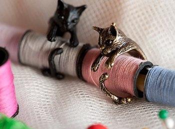 ぎゅっと指にしがみつくようなデザインは、猫好きの人にはたまらない!見ているだけで癒されるリングは、尻尾のカーブがポイントです。