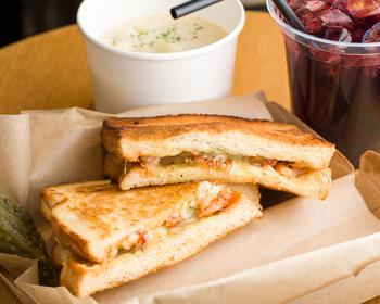 「ロブスターグリルドチーズ」は、香ばしく焼いたパンに旨みの詰まったロブスターとグリエールチーズをたっぷりサンドしたホットサンド。ロブスターの旨みに、バターとチーズのコクが合わさった絶妙なおいしさです。話題の極上サンドを味わってみませんか?