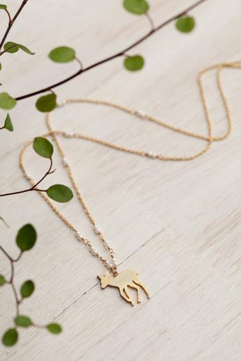 愛らしいバンビのネックレスは、ありそうでなかったデザイン!胸元で楽しそうに飛び跳ねる姿が浮かんできます。背中の模様まで描かれた繊細なモチーフと、小さなパールが上品。コーデに遊び心を足したいときにぴったりです。
