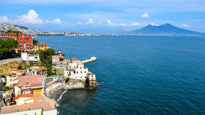 ナポリを中心とするカンパニア州は、おいしいものの宝庫。イタリア料理のシンボル的な存在のナポリ風ピッツァをはじめ、海が近いことから、新鮮な魚介料理も楽しめます。特産は、レモンやトマト。レモンのお酒・リモンチェッロも有名です。
