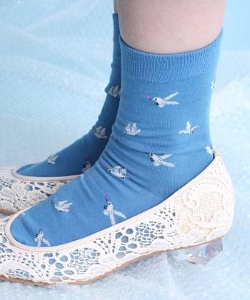 爽やかなカラーの小鳥柄の靴下。春や夏、これからの季節にぴったりのデザインですね。きれいめパンプスやシューズのハズしアイテムとしてあわせるとかわいいですよ♪