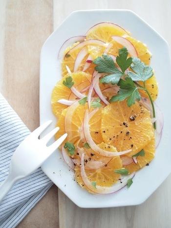 温暖な気候でみずみずしいフルーツが実るシチリアらしい料理。オリーブオイルをたっぷりかけ、フェンネルや玉ねぎなどを加えます。ハーブは、イタリアンパセルなどでもOK。