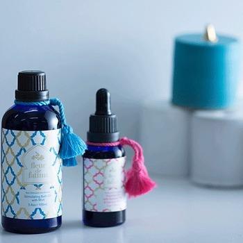 《 fleur de fatima (フルールドファティマ)/バスオイル 》 湯船に落とすと浴室いっぱいに芳醇な香りが立ちのぼるバスオイルは、入浴後のお肌もしっとりと保湿してくれます。 こちらのフルールドファティマは、モロッコの自然から生まれる上質な植物成分を配合したシリーズ。バスオイルはミントやユーカリ、レモンバーベナの香りから選べるほか、トリートメントオイルやボディスプレーなども揃っています。