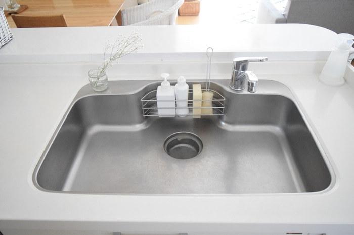キッチンの排水口も、フタを外しておくことで汚れにくく、ゴミをまとめて捨てやすくなります。