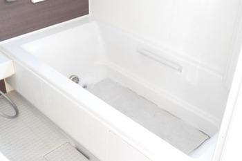 大きな浴槽があるお風呂場は、お風呂場のイスや手桶などの他にも、大きめのラグやレースカーテンなどをオキシ漬けするにも便利。 追い焚き機能が付いている場合は、お湯を用意する手間もなく楽に洗剤を溶かすことができます。