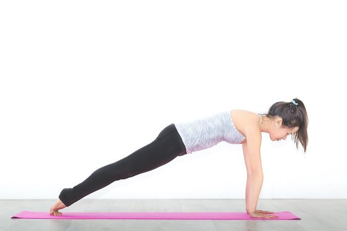 """四つん這いの状態から腕と脚を伸ばし、頭・腰・足が板のようにまっすぐ直線で繋がるように姿勢をキープします。シンプルなポーズに見えますが、腹筋・背筋を使い、30秒ほど体勢を維持しているとなかなかこたえますよ。体幹を鍛えて""""くびれ""""を作るために続けていきたいポーズです。"""