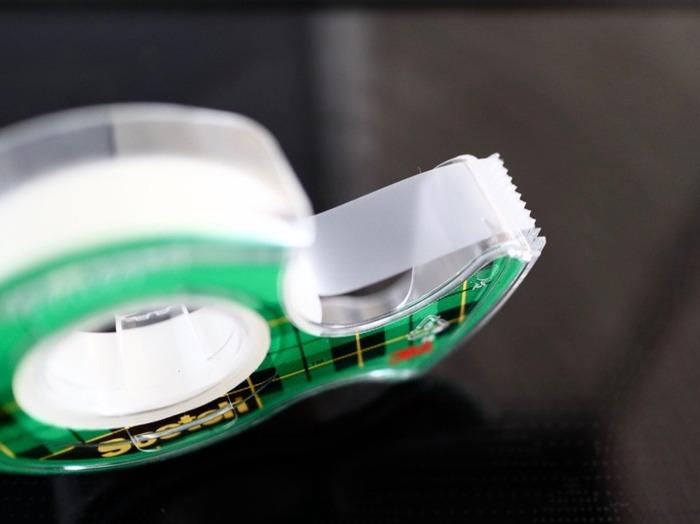 コンロの隙間や窓のサッシに貼っておくと効果抜群なのが、メンディングテープです。油汚れやホコリ、ゴミが入り込むのを防いでくれて、汚れたら剥がせばすぐにきれいな状態に復活!半透明なので、貼ったところも目立ちません。ひと手間で劇的に掃除の手間が改善させるアイデアです。