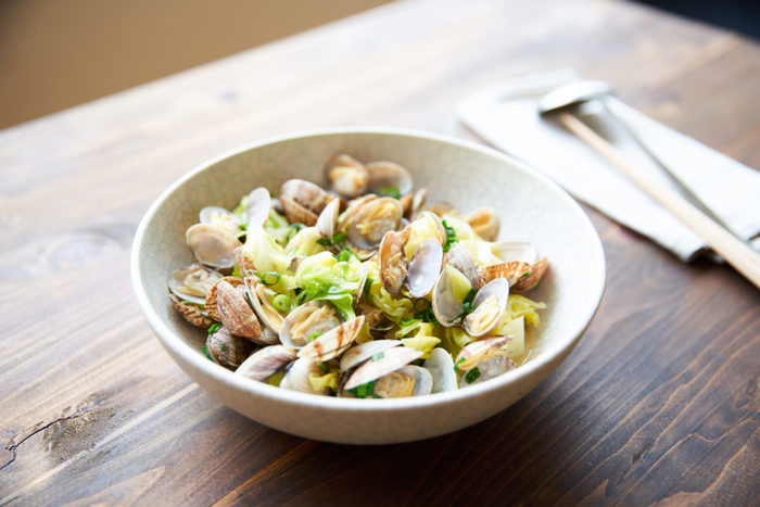 あさりの美味しい季節ですね!愛知県や静岡県、千葉県などで多く水揚げされるあさり。行楽シーズンには潮干狩りを楽しむ人も多いのではないでしょうか…。 蒸したり焼いたり、どんな料理にも大活躍してくれるあさりの旬は、春と秋の2回。あさりは、春先と秋に産卵し、特に、産卵期に入ったあさりは身がふっくらとして肉厚で旨みがたっぷり!是非、ジューシーな美味しさを味わってみて下さいね!