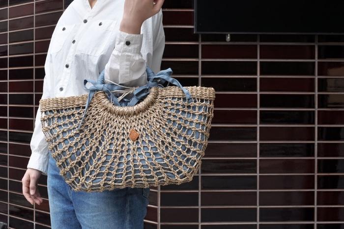 荷物をぽんぽんと無造作に放り込めそうな気軽なマルシェ風かごバッグ。透かし編みにコットン素材のインナーバッグ、リボンをあしらったリングハンドル...程よくガーリーな雰囲気もとても素敵。ジーンズに白シャツみたいなごくシンプルなスタイルのワンポイントにもおすすめですよ。