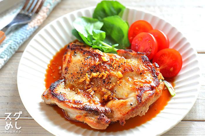 皮をパリッと焼き上げるのがポイント。ご飯の上にのせれば、ワンプレートで仕上がります。ご飯が進むガーリック醤油味です!