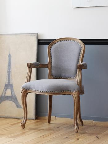 ⼀⼈のお部屋なら、こんなアンティークな雰囲気の椅⼦もよさそうです。  部屋のトーンが暗くなりすぎるのが気になる⽅は、上品なグレーがとてもおすすめの⾊。猫脚の柔らかなラインも素敵です。