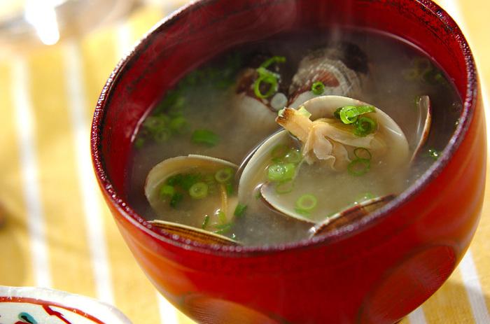 食卓にあると嬉しい、あさりのみそ汁は、あさりの旨味を味わうために、味噌を少なめにするのがポイント!あさりを水から煮ることで、あさりのうまみが広がります。あさりの美味しい時期に、是非作ってみてはいかがでしょう。