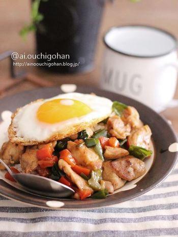 鶏もも肉をごろっと切って使うことでボリュームがあるワンプレートに。がっつり食べたいランチにおすすめ。お弁当にもいいですね。