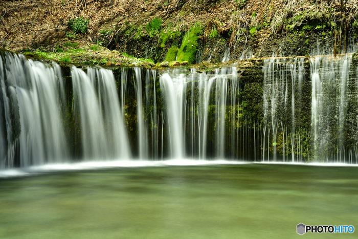"""みなさんは、「白糸の滝」と聞いて想像するのはどの滝でしょうか? 避暑地として知られる軽井沢の中でも、特に""""涼""""を感じられるスポットが、北軽井沢エリアにある「白糸(しらいと)の滝」。群馬県との県境、「白糸ハイランドウェイ」沿いにある、「白糸の滝」は、ゆるやかに湾曲したフォルムがとても美しく、多くの観光客が訪れる人気の観光スポットです。実はこの軽井沢の滝と同様、「白糸の滝」と名の付く滝は、日本全国に点在しています。今回は、そんな「白糸の滝」の魅力と楽しみ方、アクセス情報などをご紹介したいと思います。お出掛けが楽しい季節、是非、春の行楽の参考にしてみて下さいね♪"""