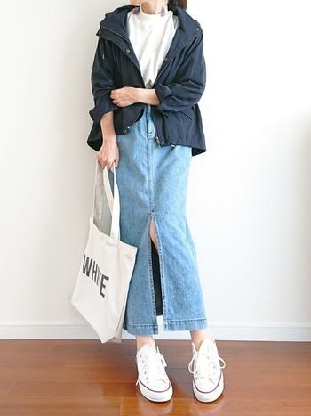 マウンテンパーカー×デニムのアウトドアテイストな組み合わせ。深めのスリット入りのナロースカートは、足さばきがよく穿きやすいのが魅力。スリムなシルエットがメンズライク感を中和してくれます。