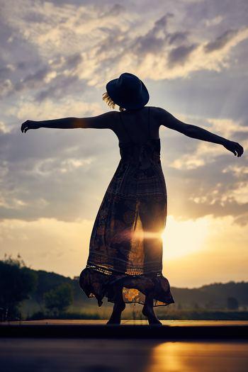"""瞑想を習慣にすると、感情に揺れ動かされずに「今この瞬間」を客観的に、すこし俯瞰して見ることができるようになります。 ネガティブな気持ちで居続けると「嫌だなあ」「面倒だなあ」という感情に心も時間も奪われてしまいがち。 瞑想によって""""俯瞰した視点""""を持つことで「次はうまくいくかもしれない」と、いつもとは違った目線で物事を分析できるように。"""