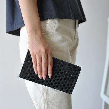 兵庫県にあるアトリエで一点一点丁寧につくられる革小物ブランド「所作 Shosa」のアイテム。ロングウォレットシリーズの中でも、ひときわモードでかわいらしいのが「Polka dot」です。