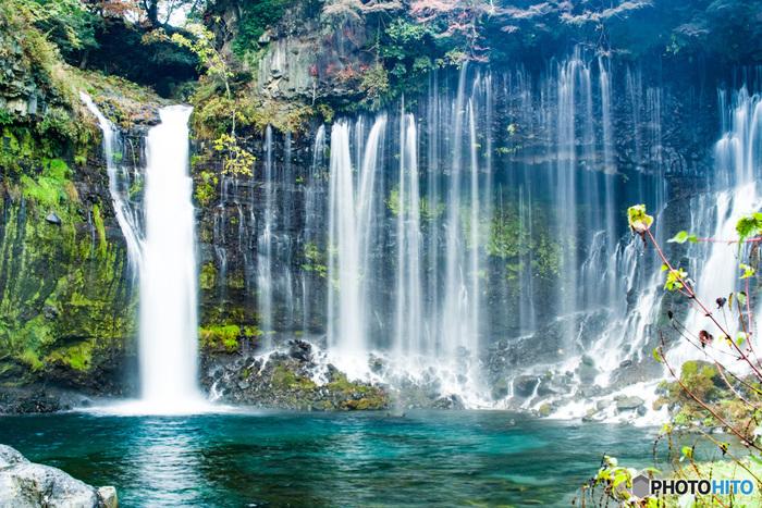 白糸の滝は、高さ3メートルと低く、流れもゆったりとしています。上流に川がなく、浅間山から湧き出てきた伏流水が滝となっているため、雨が降ったあとでも水が濁らないことで知られています。白糸のごとく流れる美しい景色を写真におさめようと、撮影のためだけに、訪れる観光客も多いんだとか…。