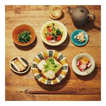 これは、ある日の高山さんの食卓です。「食物繊維をしっかり摂る」というのが1つ目のルール。この日の献立は菜の花とトマトのサラダにほうれん草のナムル、塩麹で和えた赤カブと柿、メインの揚げ出し豆腐には大根おろしと薬味をたっぷり乗せています。仕事に追われる日々の中でも、何かしらの形でルールを守れるように心掛けているそう。