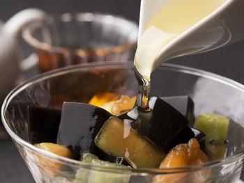 お茶に合わせた、デザートも。こちらは、シソ科の薬草「仙草(センソウ)」から作られたゼリーに、旬のフルーツを合わせた台湾スイーツ。やや苦味のあるゼリーで癖になる味です。台湾では日常的に食べられているんだとか!中国茶と一緒にどうぞ。