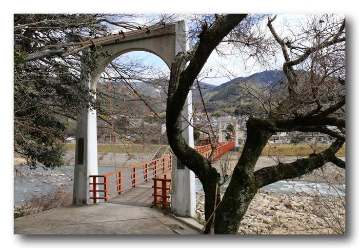 小滝橋を渡った後は、舗装された坂道を登って行きます。滝へ向かう坂の途中には、祠や石碑があり…その先にはいよいよ白糸の滝が…。