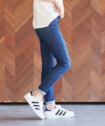 裾を折り返す回数は2~3回程度で、ちょうど足首が見える9分丈ぐらいにロールアップするのが定番スタイルです。スニーカーやサンダル、パンプスやブーツなどどんなシューズともバランスが取りやすく、足元をすっきりと綺麗に見せることができますよ◎。