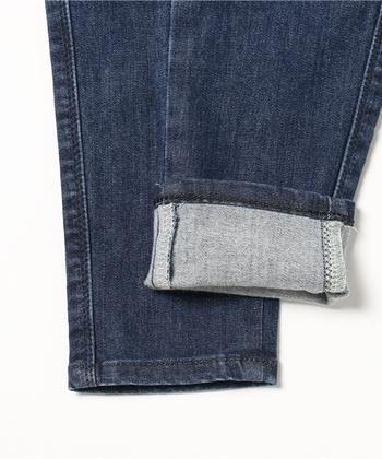 「ロールアップ」は裾の幅や折り方で様々な雰囲気が楽しめますが、その中でも定番スタイルとして定着しているのは、幅2~3㎝程度に裾を折り返すアレンジスタイルです。細すぎず太すぎない中間幅のロールアップは、どんなスタイルにも上品にマッチして、シンプルなデニムコーデをブラッシュアップしてくれます。